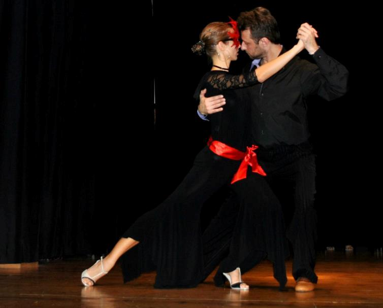 Dancing tango in Barcelona with tango clothing of UP-Tango